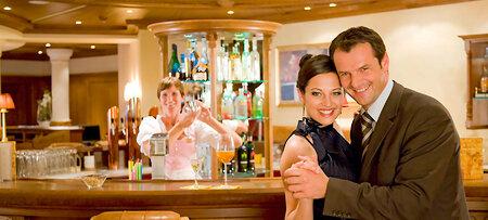 Großzügige Bar im Hotel Bayern